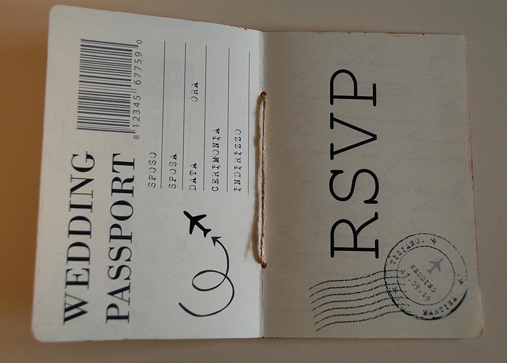 Partecipazione di matrimonio a forma di passaporto e carta di imbarco
